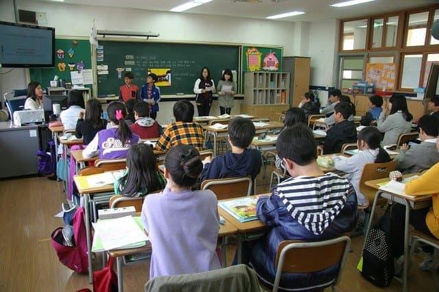 Maestro con alumnos en clase