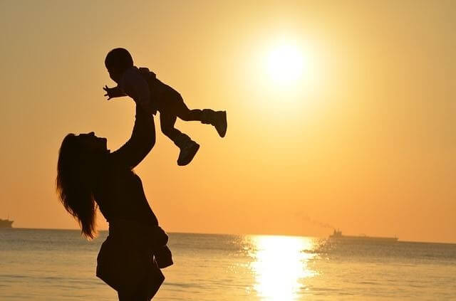 Mamá alzando hijo