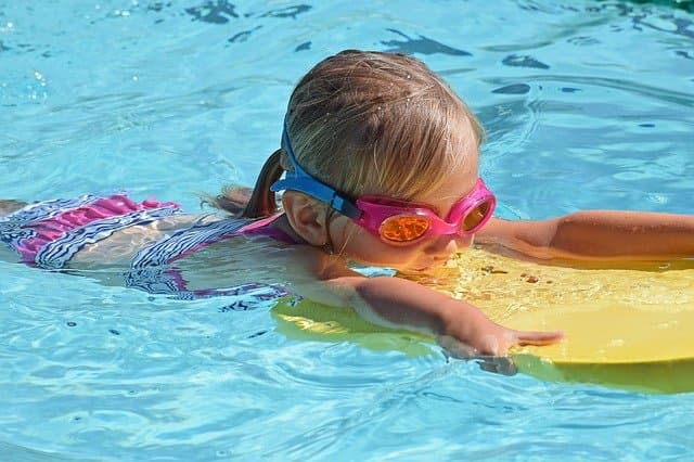 Niña clase natación - Actividad extraescolar