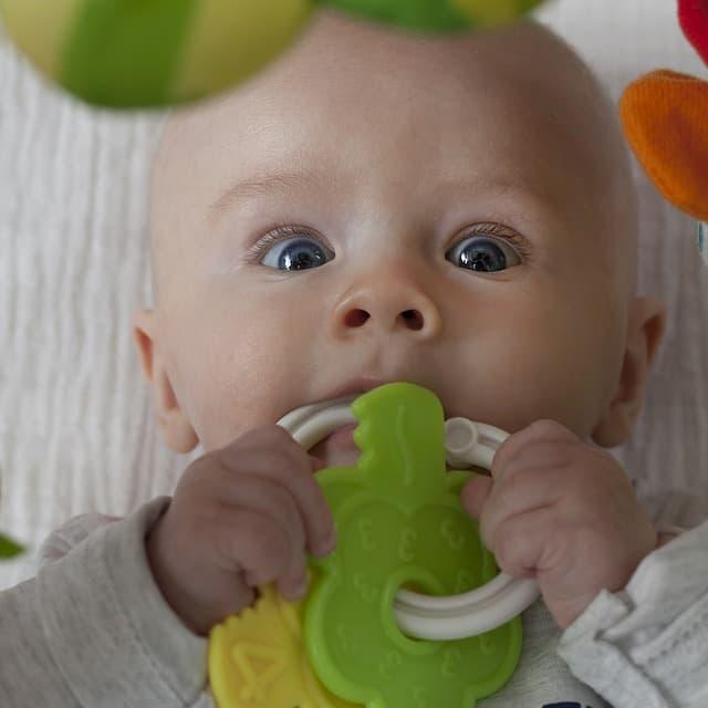 Niño con juguete sonajero