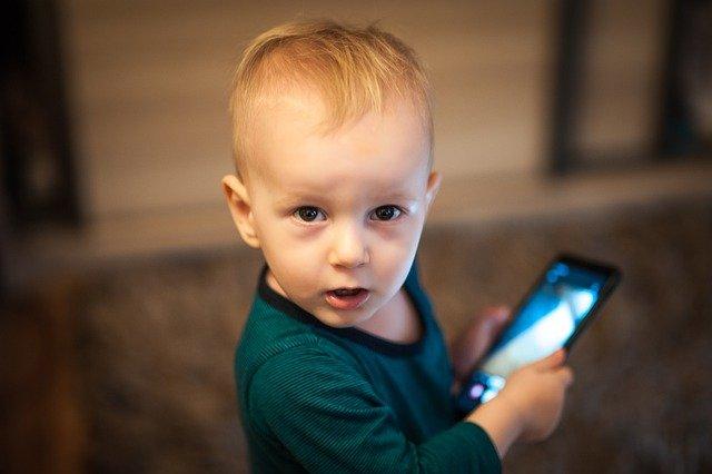 Niño usando móvil