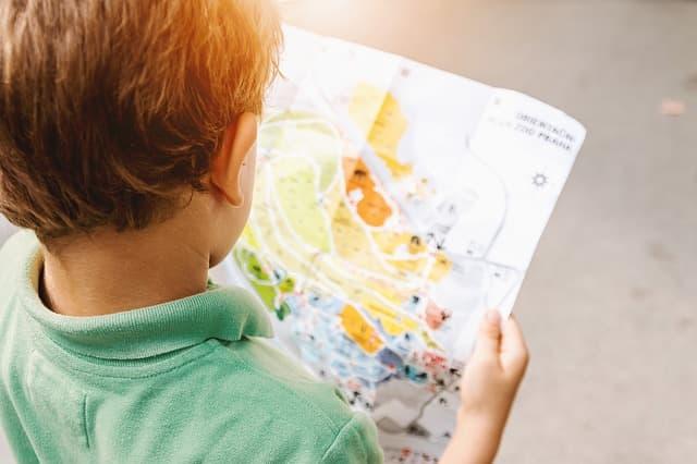Niño viendo un mapa