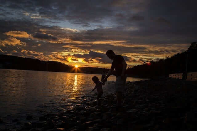Padre ayudando a desarrollar potencial de niño