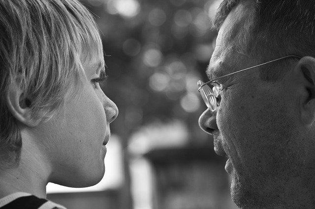 Padre hablando con hijo